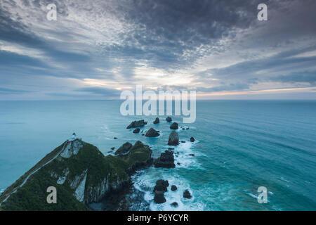 Nouvelle Zélande, île du Sud, Southland, le Nugget Point, Catlins, Nuggett Point LIghthouse view, Dawn Banque D'Images