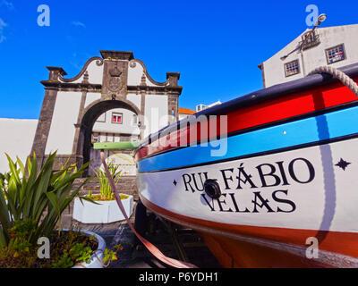 Portugal, Azores, Sao Jorge, Velas, voile et l'Portao do Mar dans le port. Banque D'Images