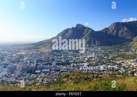 L'Afrique du Sud, Western Cape, Cape Town, Cape Town Central Business District et le centre-ville de Signal Hill, sur la Montagne de la table en arrière-plan Banque D'Images