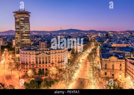 Sur les toits de la ville et centre commercial piétonnier de Rambla, Barcelone, Catalogne, Espagne Banque D'Images
