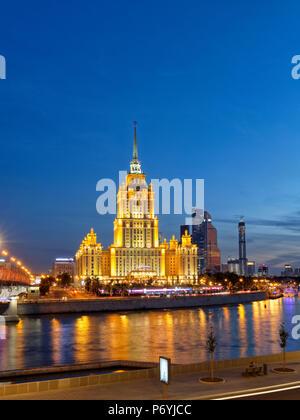 Radisson Royal Hotel de style stalinien immeuble de grande hauteur sur Moskova est allumé à la tombée de la nuit. Moscou, Russie. Banque D'Images