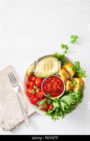 Bol bouddha vegan. dîner sain bol avec avocat, tomate, maïs sucré et salsa Banque D'Images