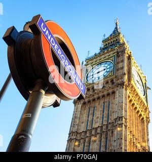 Londres, Royaume-Uni - 20 novembre 2013: Les chambres du Parlement de l'horloge, Big Ben, avec un signe dans l'avant-plan, sur fond de ciel bleu bac Banque D'Images