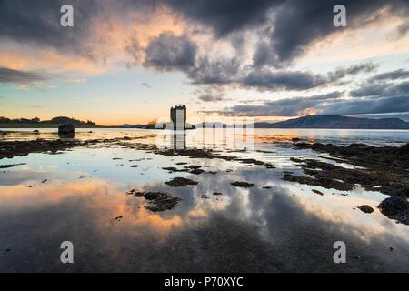 Plus de coucher de soleil spectaculaire château de Stalker sur le Loch Linnhe en Ecosse Banque D'Images