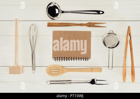 Portrait de manuel et des ustensiles de cuisine en bois sur tableau blanc Banque D'Images