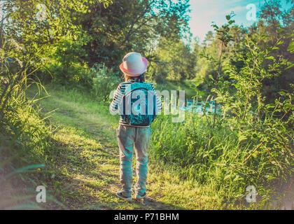 Traveler fille avec sac à dos marche sur chemin dans la forêt tropicale Banque D'Images