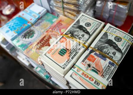 Une boutique qui vend des offres pour les temples bouddhistes, l'enfer les billets de banque et d'autres formes de joss papier, Ho Chi Minh City, Vietnam, l'Indochine, l'Asie Banque D'Images