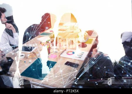 Les gens d'affaires travailler ensemble de bureau avec des effets de réseau internet. Concept d'équipe et partenariat. double exposition Banque D'Images