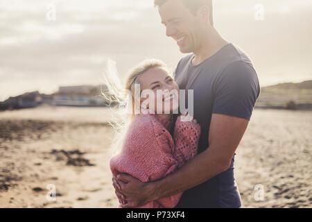 Aucasian couple dans l'amour et à l'intérieur d'une scène romantique old vintage camping-prêt à voyager et des vacances avec bonheur et joie. être blonde Banque D'Images