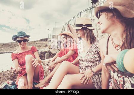 Vintage style pour groupe de femelles personnes rester ensemble dans l'amitié en vacances près de la plage pour l'été. activité de loisirs sourires et rires pour nbe Banque D'Images