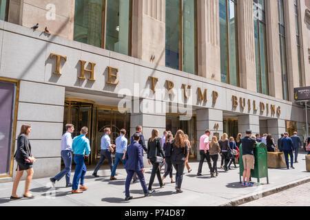 Les travailleurs en col blanc à l'extérieur de l'immeuble Trump à Wall Street Banque D'Images