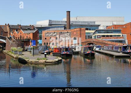 Birmingham, UK: 29 Juin 2018: Regency Wharf au gaz naturel du bassin de la rue. Le système de canal restaurées à Birmingham central est un monument du patrimoine national. Banque D'Images