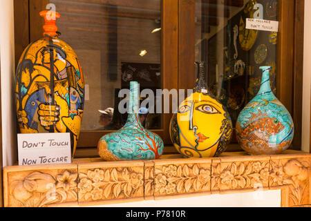 Italie Sicile ville médiévale fortifiée Erice sur Monte San Giuliana cult Venus Erycina colorés décoratifs vases urnes afficher fenêtre store boutique Banque D'Images