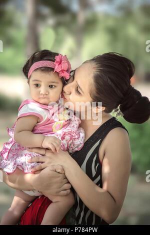 Heureux famille aimante, Mère et fille s'embrasser et s'étreindre. Banque D'Images