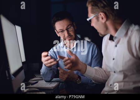 Close up.deux hommes d'affaires à la recherche à l'écran du smartphone. Banque D'Images