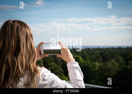 Woman using smartphone Banque D'Images