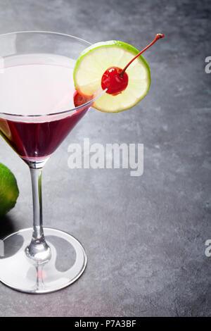Cocktail cosmopolite sur pierre sombre tableau. Avec l'espace pour votre texte