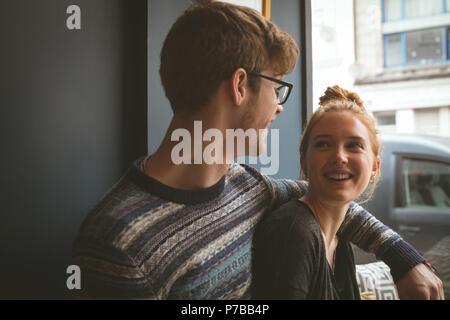 Couple de parler les uns aux autres dans le café Banque D'Images