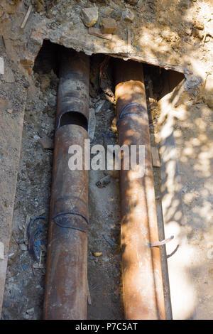 Deux tuyaux soudés métal togather laïcs dans le sol