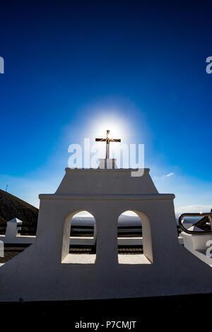 Soleil chaud provenant de la célèbre croix chrétienne à l'endroit appelé Mirador de Puerto del Carmen à Lanzarote, îles Canaries, Espagne. Deux fenêtres blanches et bleu clair fond de ciel de printemps Banque D'Images