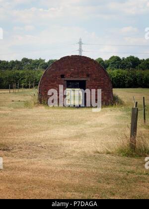 Une cabane de Nissen est une structure en acier préfabriqués pour l'usage militaire, fait à partir de la moitié de la peau-cylindriques en acier ondulé près de Rotherham, South Yorkshire Banque D'Images