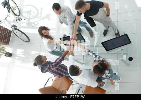 Équipe de création avec les mains jointes ensemble. Banque D'Images