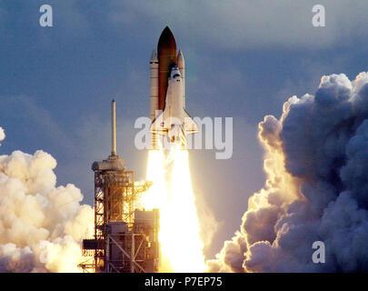 """La navette spatiale Atlantis. Centre spatial Kennedy, en Floride. -- La navette spatiale Atlantis efface la tour comme il rugit dans l'espace sur la mission STS-106 après un lancement parfait dans les temps à 8:45:47 HAE. Sur les 11 jours de mission à la Station spatiale internationale, les sept membres d'équipage effectuera les tâches de support sur orbite, fournitures et préparer le transfert des logements dans le nouveau module de service Zvezda. Le premier équipage de longue durée, surnommé """"Expedition One"""", doit arriver à la gare à la fin de l'automne. L'atterrissage d'Atlantis est prévu pour 4 h 45 HAE, le 19 septembre Banque D'Images"""