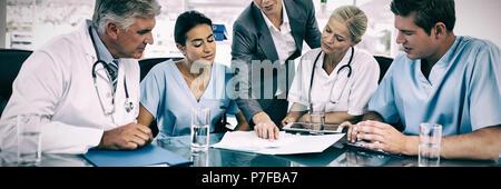 Équipe de médecins et femme d'avoir une réunion Banque D'Images