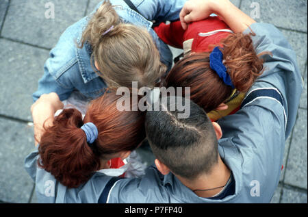 Séminaire, Huddle, quatre jeunes gens discuter dans le district, Berlin, Allemagne Banque D'Images