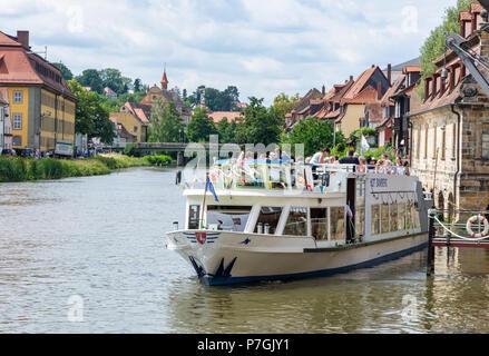 BAMBERG, ALLEMAGNE - le 19 juin: les touristes sur un navire à passagers à rivière Regnitz à Bamberg, Allemagne le 19 juin 2018. Banque D'Images