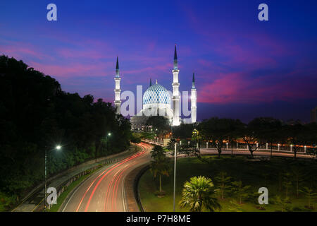 Salahuddin Abdul Aziz Shah Mosquée (aussi connu comme la Mosquée Bleue, la Malaisie) au lever du soleil, situé à Shah Alam, Selangor, Malaisie. Banque D'Images