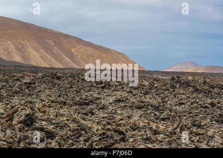 La roche volcanique de coulée de lave. Champ de lave dans le Parc National de Timanfaya à Lanzarote, îles Canaries, Espagne. Banque D'Images