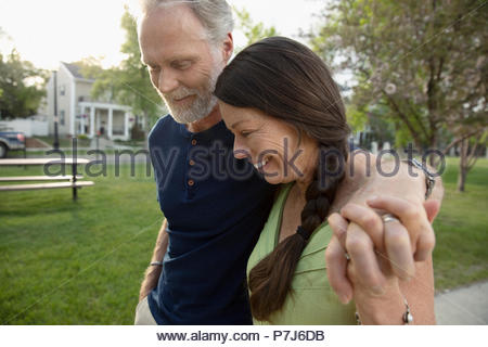 Romantic couple holding hands and walking in park Banque D'Images
