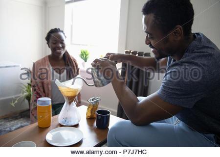 Jeune couple préparation verser sur le café Banque D'Images