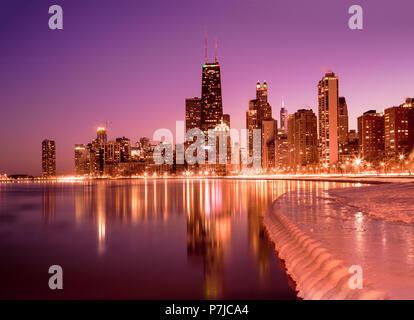 Réflexions sur les gratte-ciel de la ville dans le lac Michigan, Chicago, États-Unis