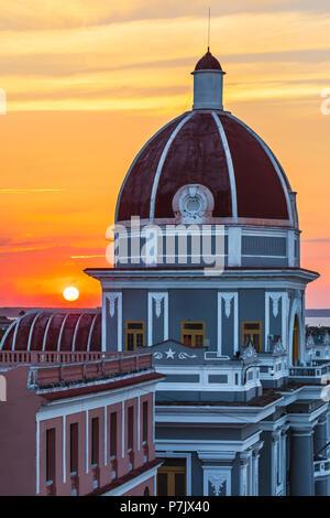 Antiguo Ayuntamiento, accueil de l'immeuble du gouvernement provincial à Cienfuegos, Cuba, au coucher du soleil. Banque D'Images