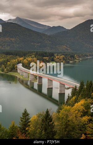 Pont au-dessus du réservoir de Sylvenstein Banque D'Images