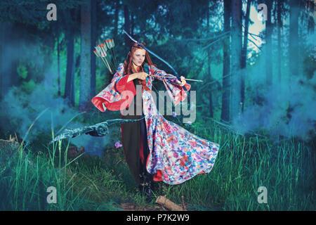 Une piscine portrait d'une femme elfe avec arc dans une forêt magique Banque D'Images