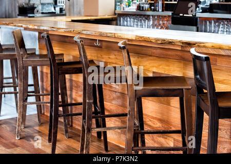 Rangée de maisons vides vintage tabourets de bar par compteur en verre création pub pendant la journée, gros plan modèle bois rétro et personne ne Banque D'Images