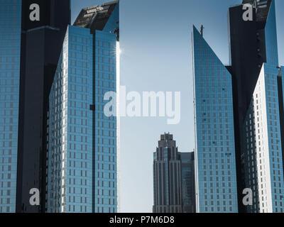 Detail shot de façade moderne, architecture futuriste avec la lumière du soleil, Dubaï, Émirats Arabes Unis Banque D'Images