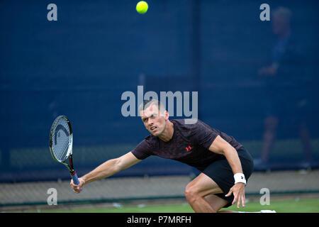 Tobias Kamke, joueur de tennis professionnel, s'étend sur et joue un coup de feu de la ligne de base pendant un match. Banque D'Images