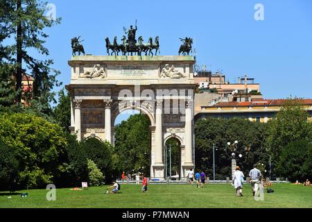 L'Italie, Lombardie, Milan, le parc Sempione (PARCO) Siempone, Simplon Gate (Porta Sempione), marquée par un monument de triomphe appelé arche de la paix (Arco della Pace) construite par l'architecte Luigi Cagnola en 1807 en vertu de la règle napoléonienne Banque D'Images