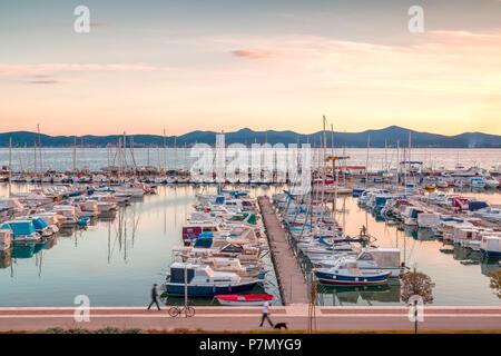 L'Europe, Croatie, Dalmatie du nord, côte dalmate, Zadar, Zara, bateaux du port de Tankerkomerc Banque D'Images