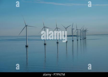 Parc éoliennes offshore de l'énergie alternative. Les moulins à vent dans la mer avec la réflexion du matin, le Danemark Copenhague Banque D'Images