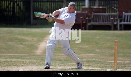 Un batteur de cricket hits out. Banque D'Images