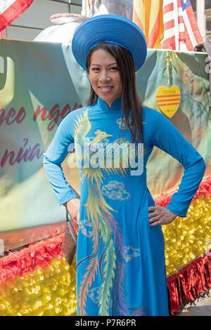 Portrait d'une jolie pose femme vietnamienne à la parade culturelle vietnamienne américaine à New York. Banque D'Images