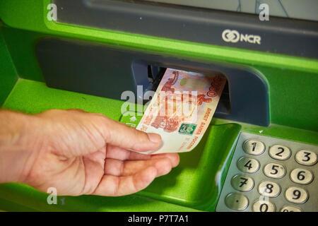 Syzran, Russie - le 20 juin , 2018: finance, argent, banque et personnes concept - close up of hand prendre réception de guichet automatique de la Sberbank