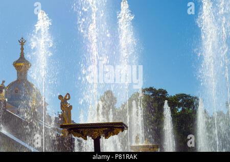 La Grande Cascade fontaines du palais de Peterhof à Saint-Pétersbourg, Russie