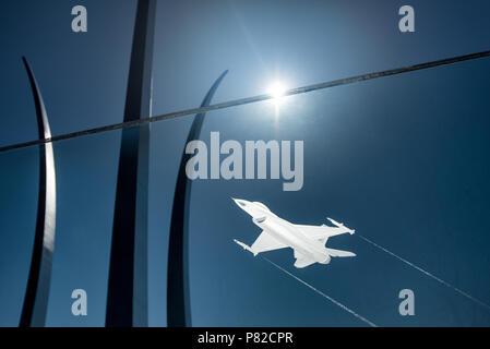 ARLINGTON, Virginia, USA - Un F-16 Fighting Falcon gravé dans une façade de verre à l'US Air Force Memorial à Arlington, VA. Dans l'arrière-plan sont les principales tours de la memorial qui sont intepretations de l'US Air Force Thunderbirds bombe signature burst manœuvre.