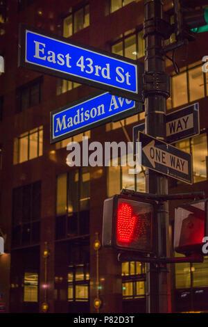 Panneau routier, les directions, les feux de circulation et de passage pour piétons à Manhattan, New York City, USA Banque D'Images